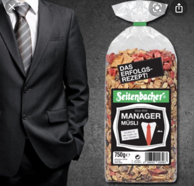 Manager Müsli neben kopflosem Mensch in schwarzem Anzug