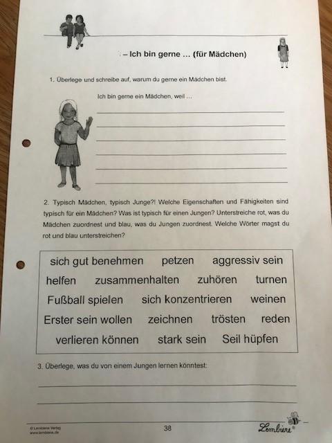 Arbeitsblatt mit Eigenschaften und Verhaltensweisen, die Mädchen und Jungen zugeordnet werden sollen.