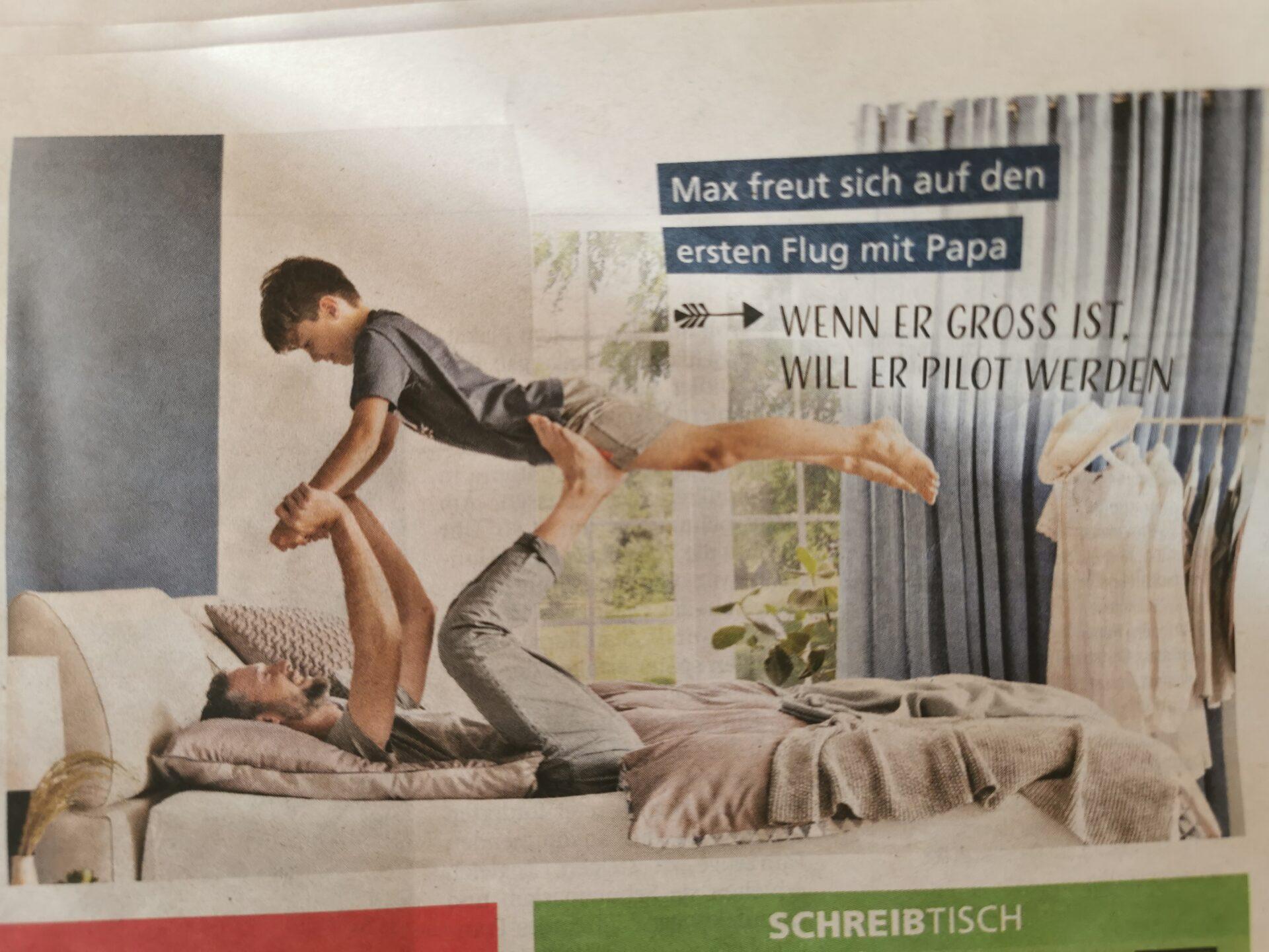 Vater balanciert Sohn auf Füßen in Werbung
