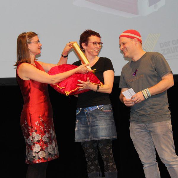 Anke Domscheit-Berg, Almut Schnerring und Sascha Verlan bei der Zaunpfahlübergabe (Foto: Anna Sacco)